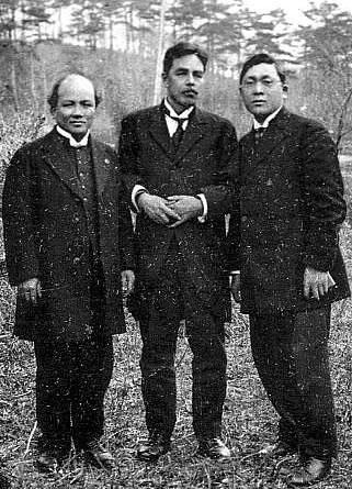 Juji Nakada, o primeiro à esquerda
